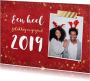 Kerstkaarten - Kerst ansichtkaart met rode achtergrond en gouden sterren