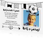 Leuke uitnodiging kinderfeest, jongen kopt naar voetbal