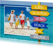 Vakantiekaart met zee en houten wegwijzer