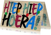 Verjaardagskaarten - Hiep Hiep Hoera gekleurde tekst op steigerhout