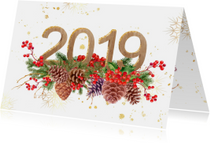 Kerstkaarten - Kerstkaart hulst en dennenappels met 2019 in hout