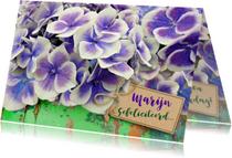 Mooie bloemenkaart met Hortensia op groen hout