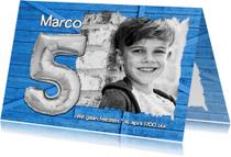 Kinderfeestjes - Uitnodiging ballon 5 blauw hout