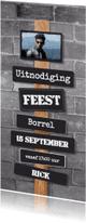 Uitnodigingen - Stoere uitnodiging muur met borden