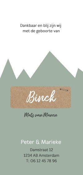 Geboortekaartje met groene bergen en kraft label Achterkant
