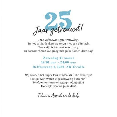 Jubileum uitnodiging krijtbord met bloemen en foto 3
