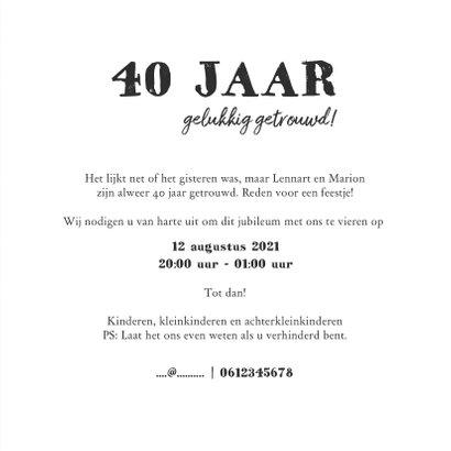 Jubileumkaart uitnodiging houten wegwijzers met hartjes 3