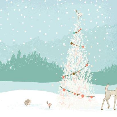 Kerstkaart hertje in de sneeuw met kerstboom 2