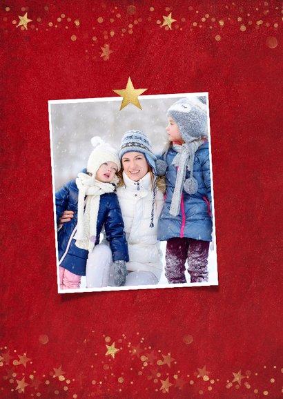 Kerstkaart met rode achtergrond en gouden sterren 2