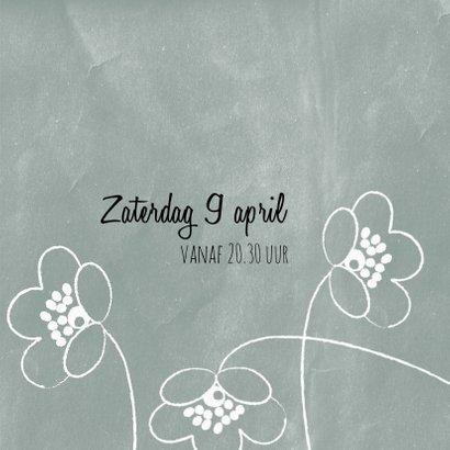 Moderne, lieve uitnodiging met krijtbord en witte bloemetjes 3
