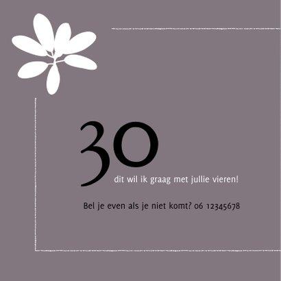 Moderne uitnodiging voor verjaardag (30) met foto en bloem 2