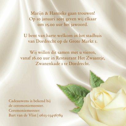 Mooie klassieke trouwkaart met witte rozen op zijde 3