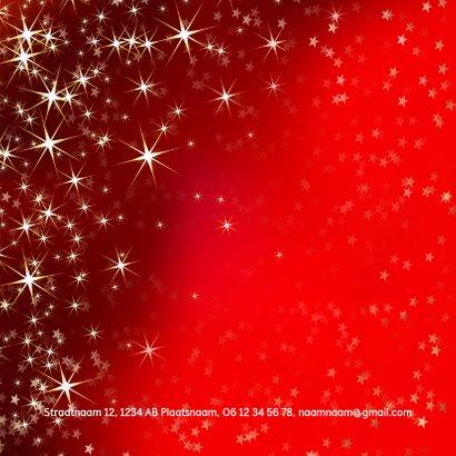 Nieuwjaarskaart met sfeervolle rode achtergrond van sterren 2