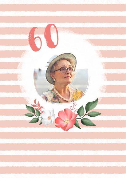 Uitnodiging verjaardag vrouw hip met bloemen en label 2