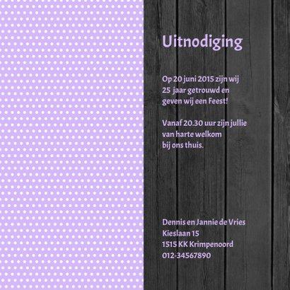 Uitnodiging voor een FEEST  met violet stippen, hout en foto 3