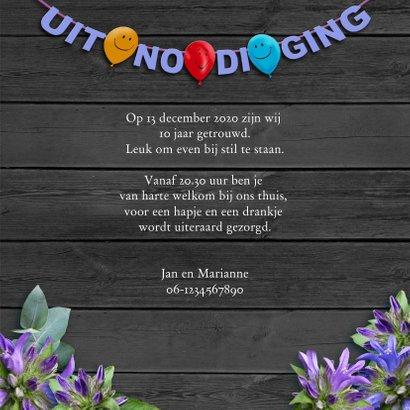 Uitnodiging voor jubileum met slingers, foto en bloemen 3